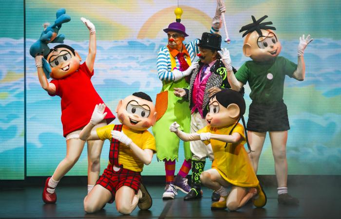 O palhaço Rodrigo Robleño, que já trabalhou no Cirque Du Soleil, reforça o tom circense da obra. Foto: Caio Gallucci/Divulgação