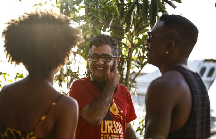 Hilton Lacerda em conversa com os atores Safira Moreira e Leandro Villa. Foto: Paulo Paiva/DP