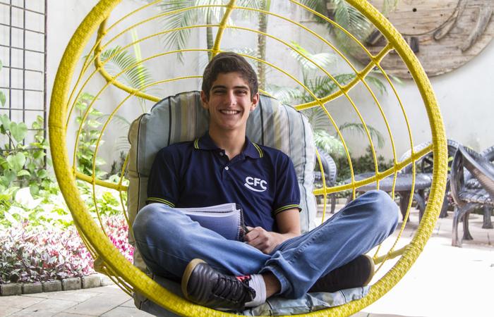 Daniel Avelar, 17, alia a leitura de textos e dedicação às aulas à resolução de questões de exercícios