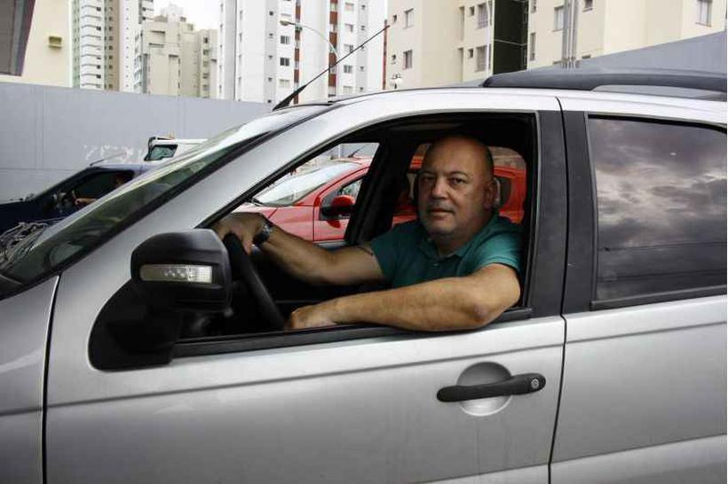 """O servidor Sátiro Silva diz que passou a usar apenas o combustível renovável: """"Qualquer economia é válida"""" (foto: Vinícius Cardoso Vieira/Esp. CB/D.A Press)"""