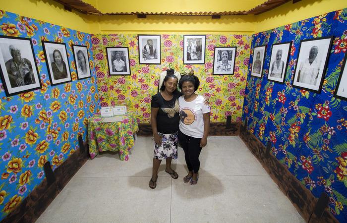 A antiga Ilha sem Deus (E), e hoje as moradoras Maria José e Geisa Gomes, mãe e filha, orgulhosas de onde vivem. Foto: Leo Malafaia/Esp.DP