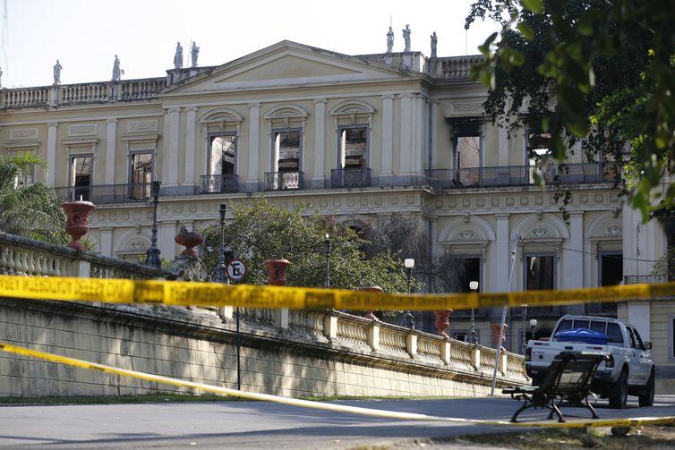 Construção de barreira nos arredores do Museu Nacional do Rio de Janeiro, após o incêndio. Foto: Fernando Frazão/Agência Brasil