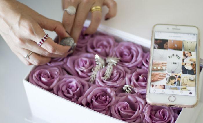 Nair Miranda apresenta os produtos pelo Instagram e vai ao encontro dos clientes. Foto: Leo Malafaia/DP