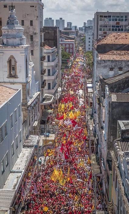 Caminhada da Frente Popular pelo Centro do Recife. Nessa foto, está a Rua Nova, cm bandeiras amarelas e vermelhas . Foto: Ricardo Stuckert