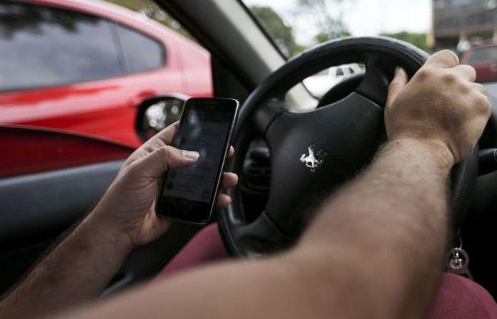 O alerta sobre os riscos e ameaças no uso de celular ao volante foi reforçado durante a Semana Nacional de Trânsito. Foto: Marcelo Camargo/Agência Brasil