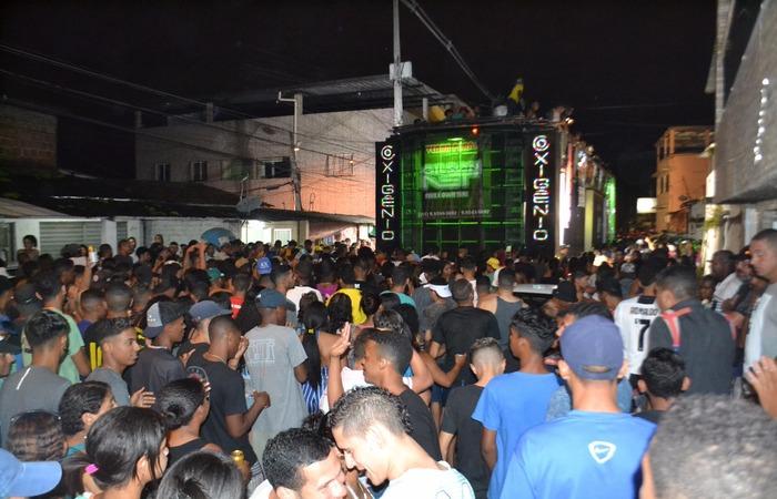 A partir das 17h, dois trios elétricos seguiram em cortejo pela avenida. Foto: Rafael Félix/Divulgação