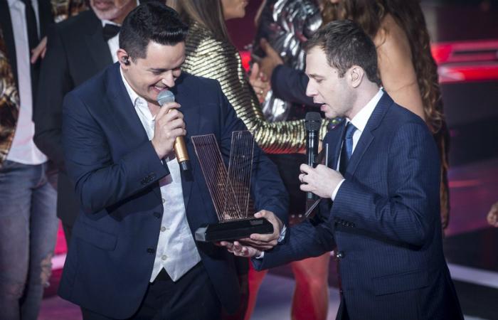 Léo Pain recebe o troféu de campeão. Foto: Isabella Pinheiro/Gshow