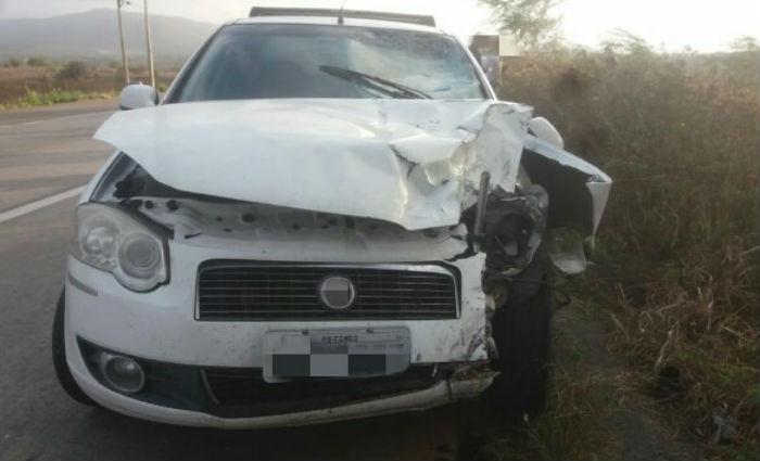 O condutor da moto, de 36 anos, faleceu no local. O motorista e o passageiro do carro não se feriram. Foto: Divulgação/PRF (Foto: Divulgação/PRF)