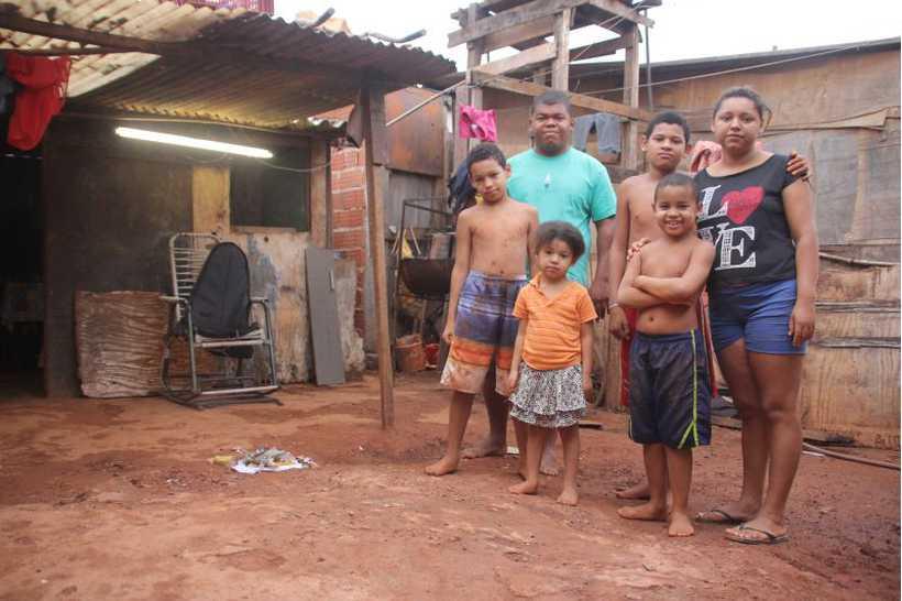 O casal Tamires e Fernando Sousa tem quatro filhos para alimentar. Foto: Bárbara Cabral/Esp. CB/D.A Press