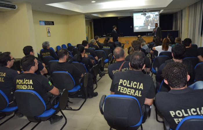 Policiais reunidos antes de sairem para cumprir mandados de prisão na Operação Garoa. Imagem: PF/Divulgação