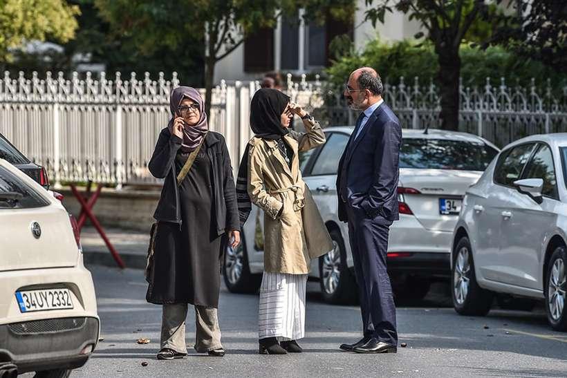 A noiva turca de Jamal Khashoggi e seus amigos esperam na frente do consulado da Arábia Saudita informações sobre o paradeiro do jornalista. Foto: OZAN KOSE / AFP