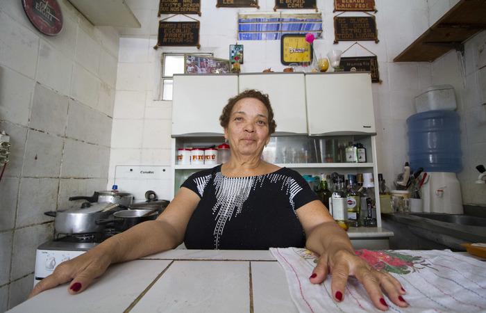 Denize Machado, 71, reside no bairro há 33 anos e montou seu próprio negócio. Foto: Leo Malafaia/Esp. DP.