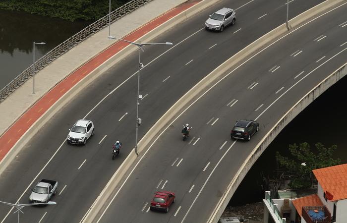Sinalização em duplicidade das faixas acaba confundindo o motorista. Foto: Peu Ricardo/DP