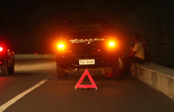 Motorista teve o carro quebrado na via na noite da segunda-feira. Foto: Peu Ricardo/DP