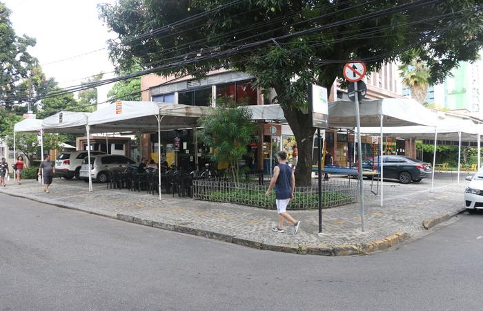 Empreendimentos se instalaram ao redor do espaço público. Um deles é o de Daniel Dantas, que já está analisando novos investimentos para o seu bar: o Na Praça. Foto: Gabriel Melo/Esp. DP
