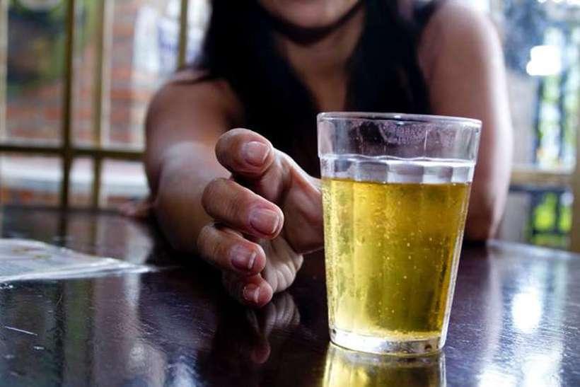 No caso dos jovens entre 10 e 24 anos, 7,4% das mortes e deficiências são atribuídas ao álcool. Foto: Marcos Santos/USP Imagens