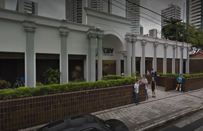 Aluno foi roubado em frente à escola - Foto: Google Street View