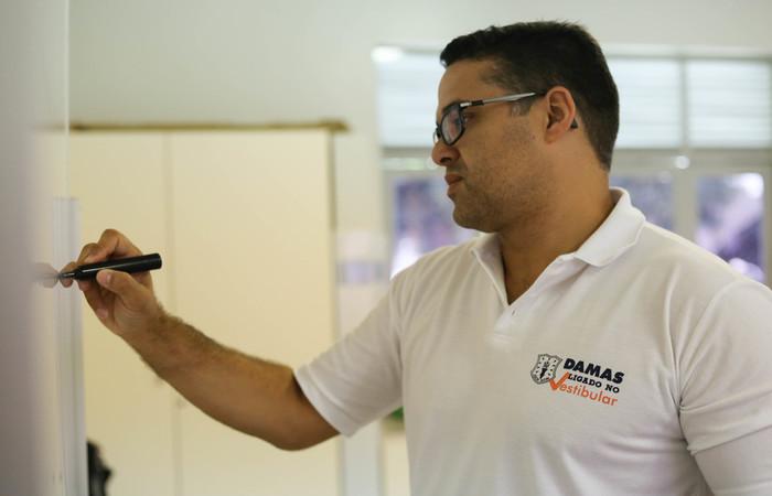 Professor Nélio Ferreira diz que a ordem das provas foi uma mudança negativa do Enem. Imagem: Camila Pifano/Esp DP