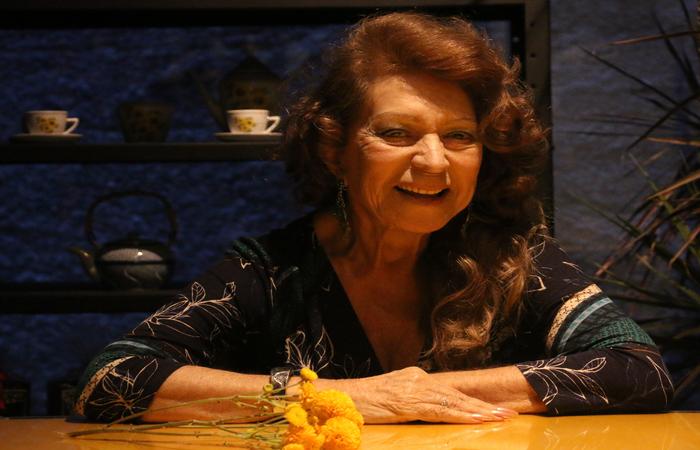 Ícone revelado na década de 1950, com apenas 13 anos, Carmem já fez de tudo no rádio; aos 79 anos, continua apaixonada pelo veículo. Foto: Gabriel Melo/Esp. DP