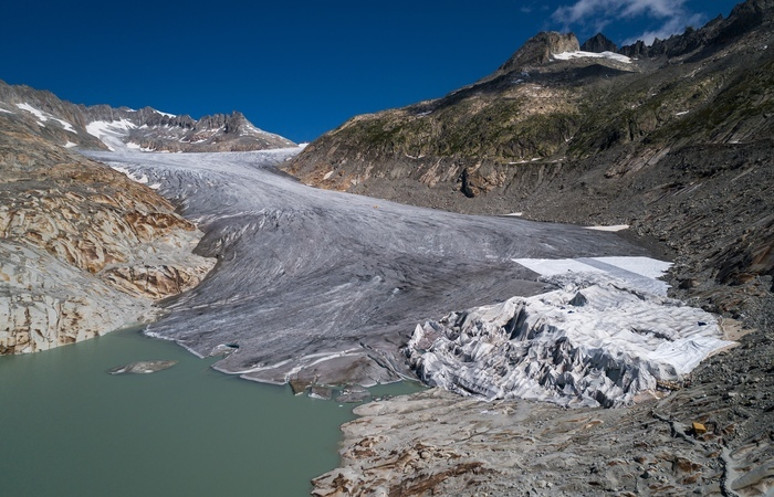 Geleira Rhone e seu lago glacial, perto de Gletsch. Foto: Fabrice COFFRINI / AFP
