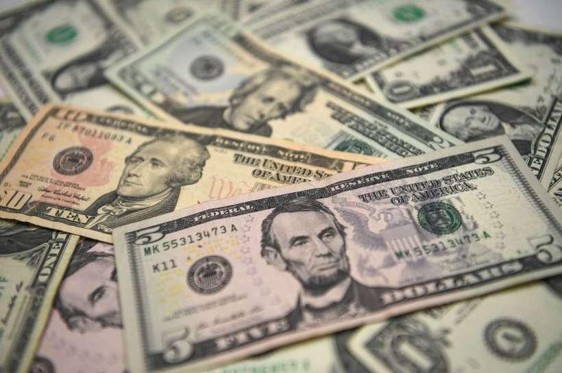 Moeda norte-americana encerrou os negócios de ontem no menor nível desde maio último. Tendência, segundo analistas, é de novas quedas. Foto: AFP / OZAN KOSE