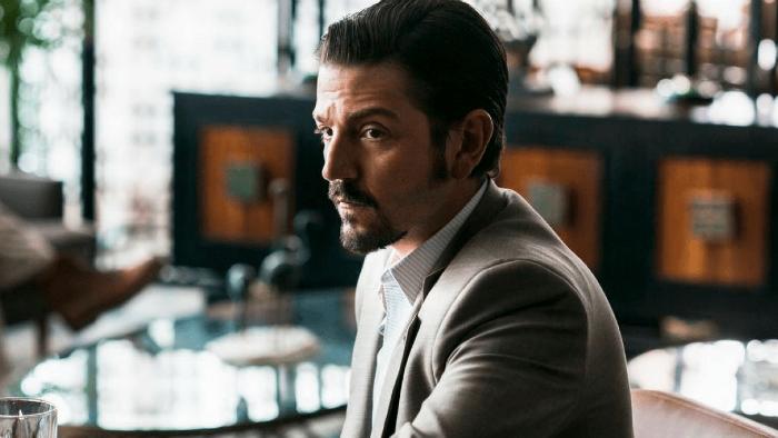 A narrativa explora a ascensão do cartel mexicano no período em que Miguel Félix Gallardo, vivido por Diego Luna. Foto: Netflix/Divulgação.