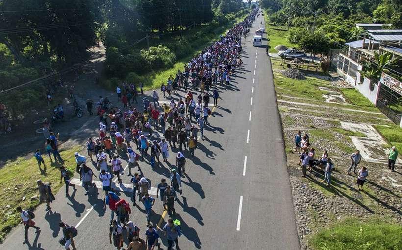 Milhares de migrantes de Honduras se dirigem em caravana para os EUA. Foto: PEDRO PARDO / AFP