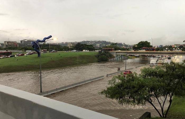 Segundo o ministro do Interior, general Néstor Reverol, ao menos 100 casas foram inundadas no bairro popular de Petare. Foto: Reprodução/Twitter