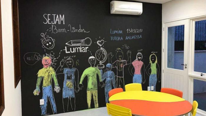 Nas escolas Lumiar, os alunos trabalham livremente em três ou quatro projetos diferentes diariamente. Foto: Divulgação.