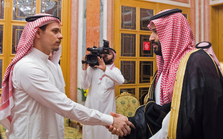 Salah cumprimenta o príncipe da Arábia Saudita Mohammed bin Salman. Foto: HANDOUT / SPA / AFP
