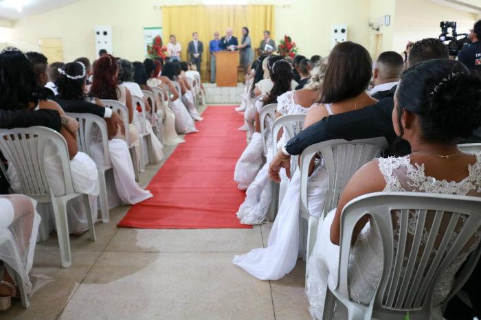 O ato reuniu cerca 130 familiares dos noivos, que também são voluntários na ação. Foto: Márcia Galindo/Seres/Divulgação.