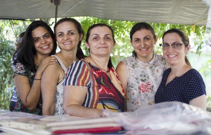 Ketyllen, Cláudia, Cida, Gabriela e Monalisa: uma família unida pela arte do bordado. Foto: Leo Malafaia/Esp. Dp.