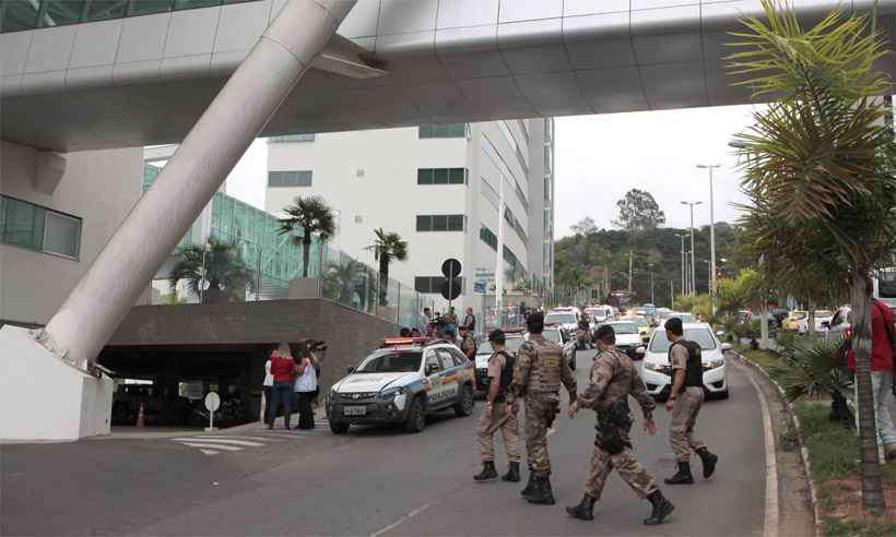 Policiais chegam ao local onde ocorreu a troca de tiros, que levou à morte de um agente de Minas e de um empresário de São Paulo. Foto: Fernando Priamo/Tribuna de Minas