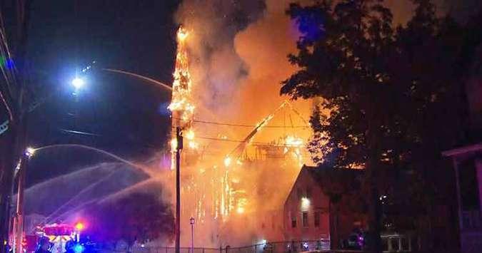 Construída em 1872, a igreja já havia sido tomada pelas chamas em 1912, quando foi reconstruída. Foto: Reprodução/CBS Boston
