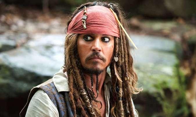Ator interpretou o Capitão Jack Sparrow em cinco filmes da saga produzida pela Disney. Foto: Disney/Divulgação