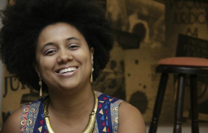 Considerada uma das revelações da nova geração do samba carioca, Marina Iris se destaca pelo tom grave da voz. Foto: Marina Iris/Divulgação