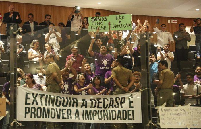 GALERIAS %u2013 Pessoas manifestaram-se contra a proposta durante a Reunião Plenária. Foto: Jarbas Araújo