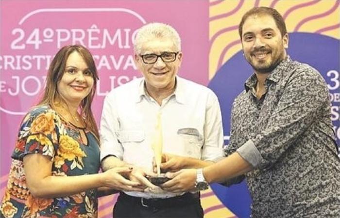Repórteres Marcionila Teixeira e Wagner Oliveira recebem prêmio das mãos de Ricardo Leitão. Foto: Marina Curcio/Esp.DP