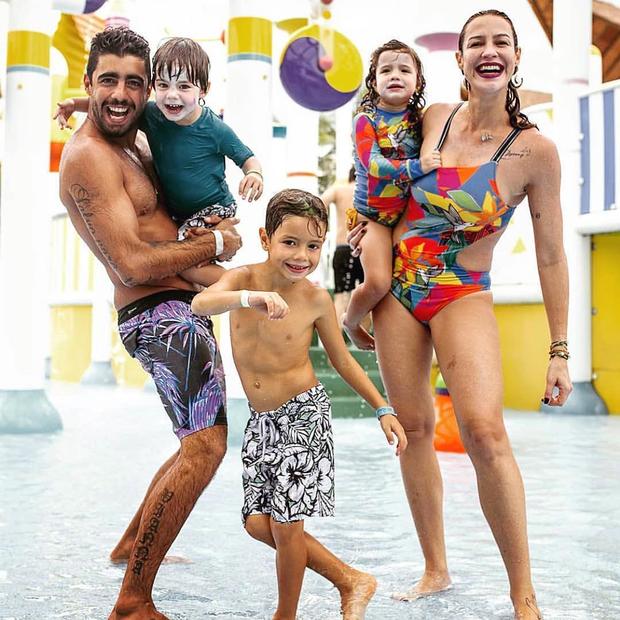 Luana, o marido Pedro Scooby e os filhos Dom, 6, e Bem e Liz, 3 anos. Foto: Instagram/Reprodução