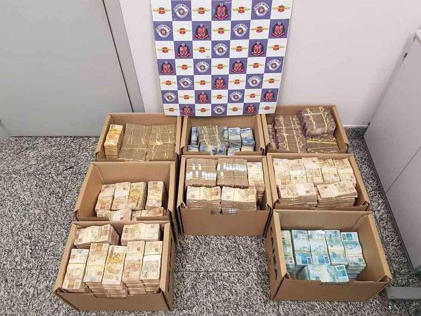 Dois homens foram flagrados com R$ 3,3 milhões em dinheiro no porta-malas de um carro. Foto: Divulgação/Polícia Civil