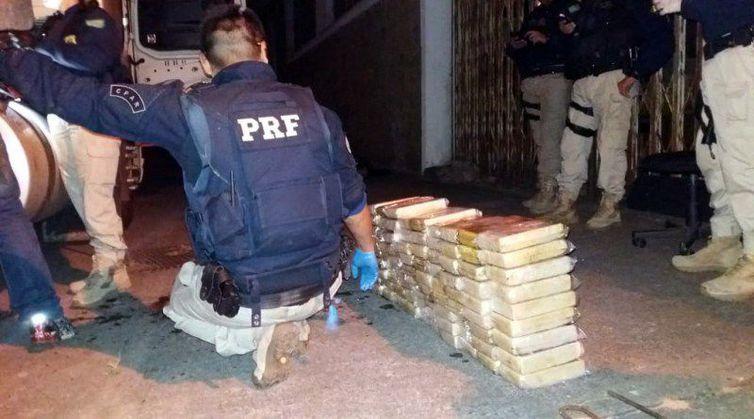 Material foi apreendido em caminhão no Rio de Janeiro (Foto: Divulgação / PRF)