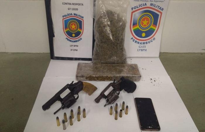 Foram apreendidos dois revólveres calibre 38, 14 munições do mesmo calibre, um aparelho celular, uma sacola plástica contendo maconha e um tablete da mesma droga. Foto: Polícia Militar/divulgação