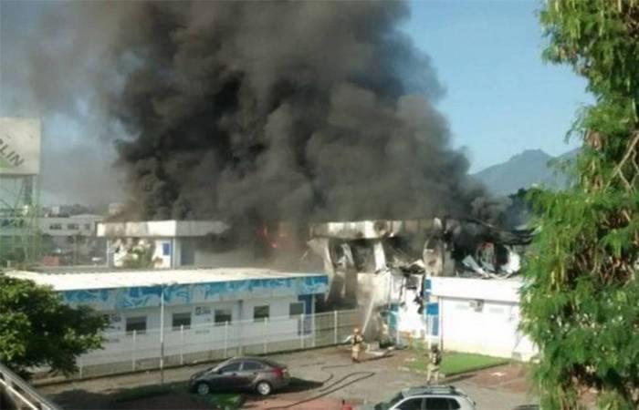 O incêndio começou por volta de 16h. De acordo com a prefeitura, o edifício foi evacuado a tempo e ninguém foi atingido pelo fogo - Foto: Sulacap News/Reprodução