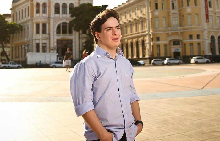 Ribeiro, de 26 anos, que ficou conhecido por ser o primeiro turismólogo com Síndrome de Down do Brasil. Foto: Empetur/Divulgação