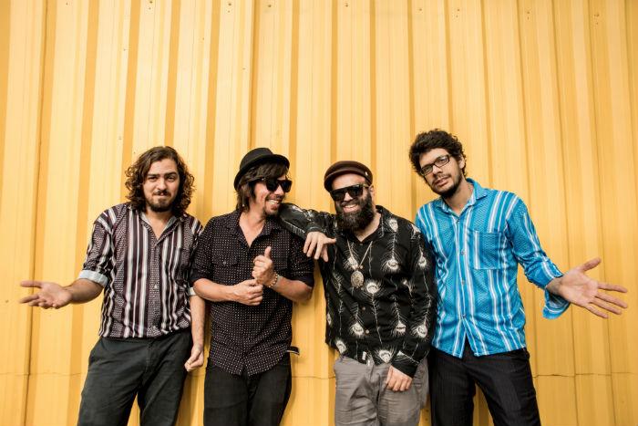 O grupo formado pelo cantor China e integrantes da banda Mombojó pretende levar o público a uma verdadeira viagem no tempo. Foto: Luan Cardoso/Divulgação.