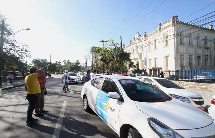 Cerca de 40 taxisttas estacionaram em frente à Câmara de Vereadores e fecharam a Rua Princesa Isabel. Foto: Nando Chiappetta/DP FOTO