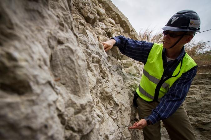 O geólogo Gilberto Albertão pesquisa a região desde a década de 90. Foto: Léo Malafaia/DP. (O geólogo Gilberto Albertão pesquisa a região desde a década de 90. Foto: Léo Malafaia/DP.)