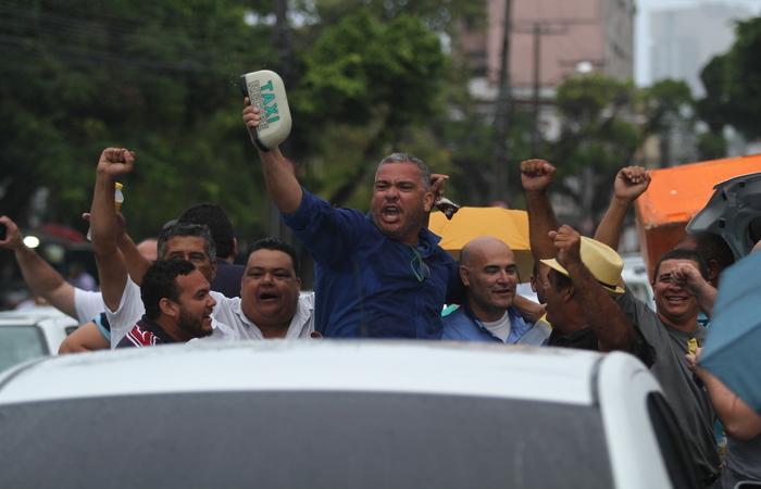 Taxistas comemoram do lado de fora da Casa. Foto: Peu Ricardo/DP