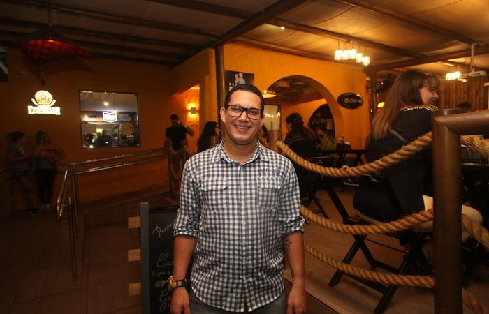 Emílio Rodrigues é gerente do Seu Bacana, que funciona na região há um ano e três meses. Foto: Nando Chiappetta/DP FOTO