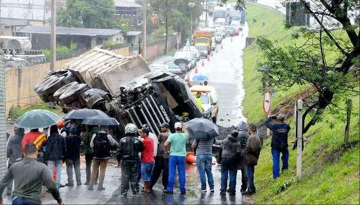 Chovia no Anel Rodoviário quando uma carreta carregada de minério tombou depois de bater em um guincho. Foto: Paulo Filgueiras/EM/D.A Press